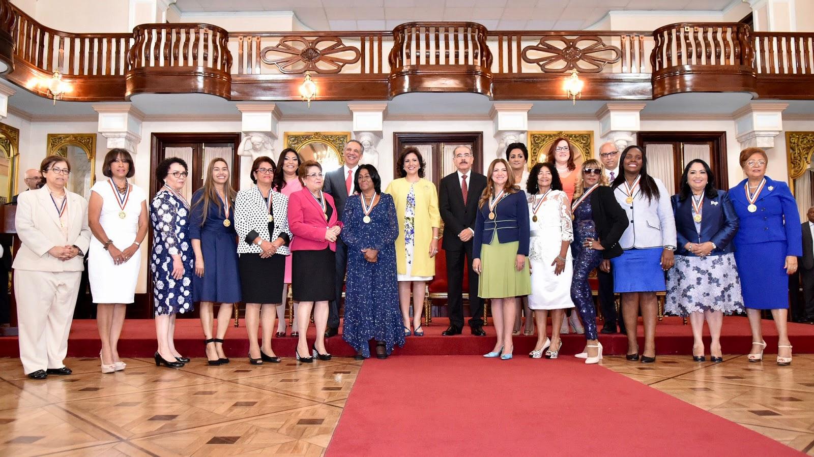 VIDEO: Con entusiasmo, orgullo y alegría, Danilo entrega Medalla al Mérito a 13 mujeres dominicanas