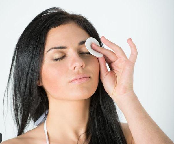 أضرار عدم إزالة المكياج قبل النوم - أضرار عدم إزالة المكياج قبل النوم - تنظيف البشرة من المكياج