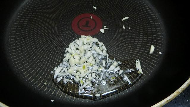 フライパンにオリーブ油とにんにくを入れて弱火で炒める