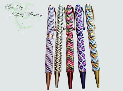 Umperlte Kugelschreiber mit 11/0 Miyuki-Delicas in verschiedenen Farben und Peyote-Mustern