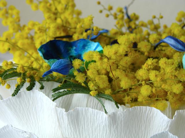 centrotavola di carta crespa con mimosa  e fiori di carta