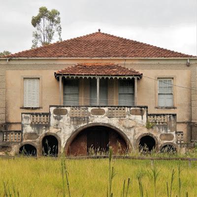 A sede da fazenda esperando a volta do Led Zeppelin, para servir de encarte para um novo álbum.