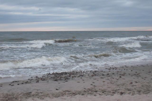 Bałtyk w lipcu 2013. Fale i pochmurna pogoda.
