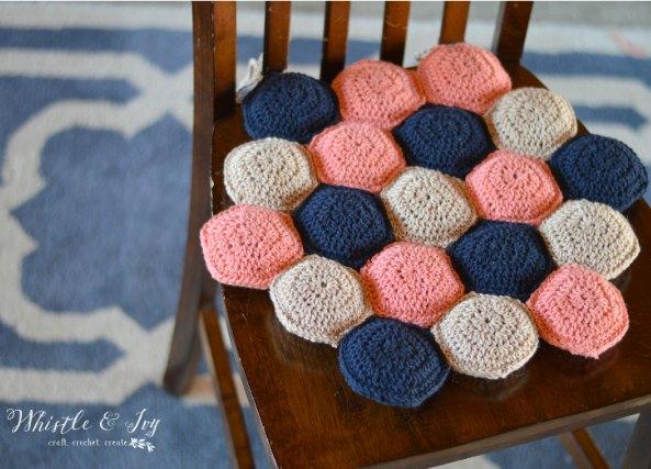 Cojines con grannys hexagonales dobles rellenos