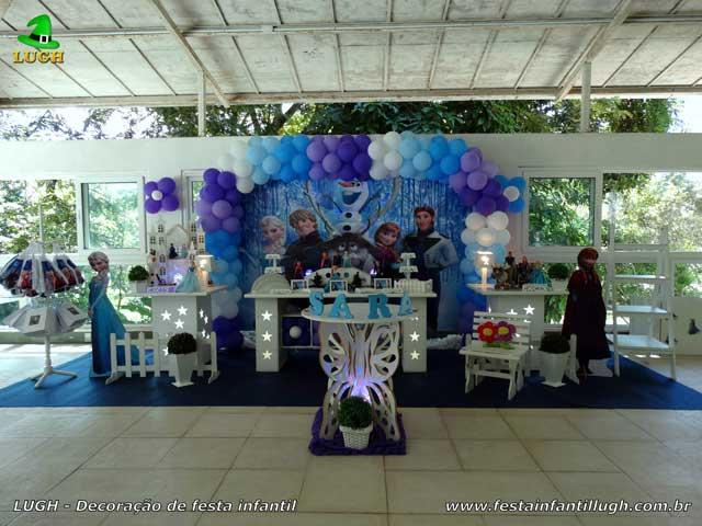 Decoração de mesa tema da Frozen para festa de aniversário infantil