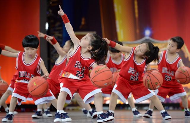 Hãy cho bé mang đúng giày bóng rổ trẻ em khi chơi bóng rổ