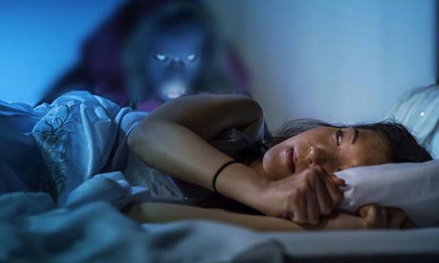 علامات تدلّ على أن شبحاً أو روحاً يزوركم هل احسستم بأحد يراقبكم من قبل ....هذا هو السبب وراءه