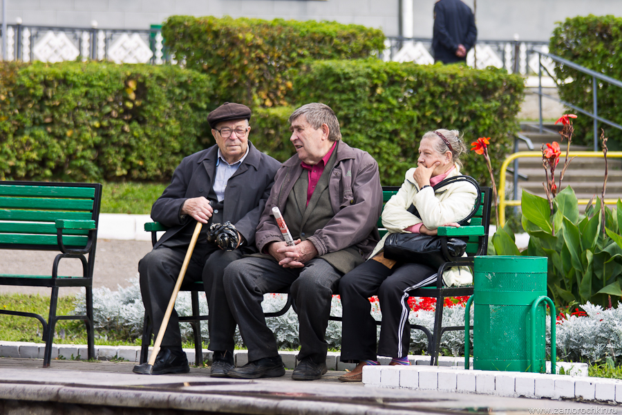 Участники митинга на скамейке