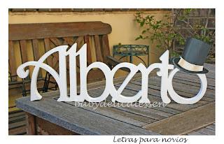 letras de madera infantiles para pared Alberto con silueta de chistera babydelicatessen