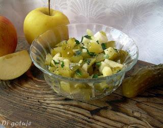 Sałatka z kiszonych ogórków i jabłka (do obiadu)