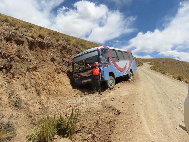 Unsere Straße von Esmoraca nach Tupiza. Beim Kollegen haben die Bremsen versagt. Aber besser gegen den Hang als den Berg runter.