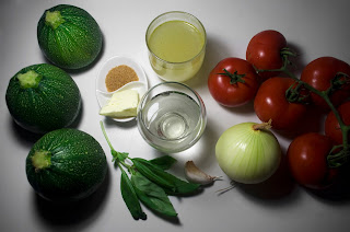 Sopa de tomate servida en calabacin - ingredientes