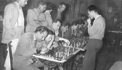 Josep Miquel Ridameya i Tatché dando unas simultáneas de ajedrez en La Pobla de Lillet