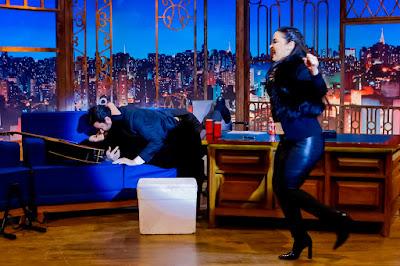 O apresentador e a cantora se beijam (Crédito: Gabriel Cardoso/SBT)
