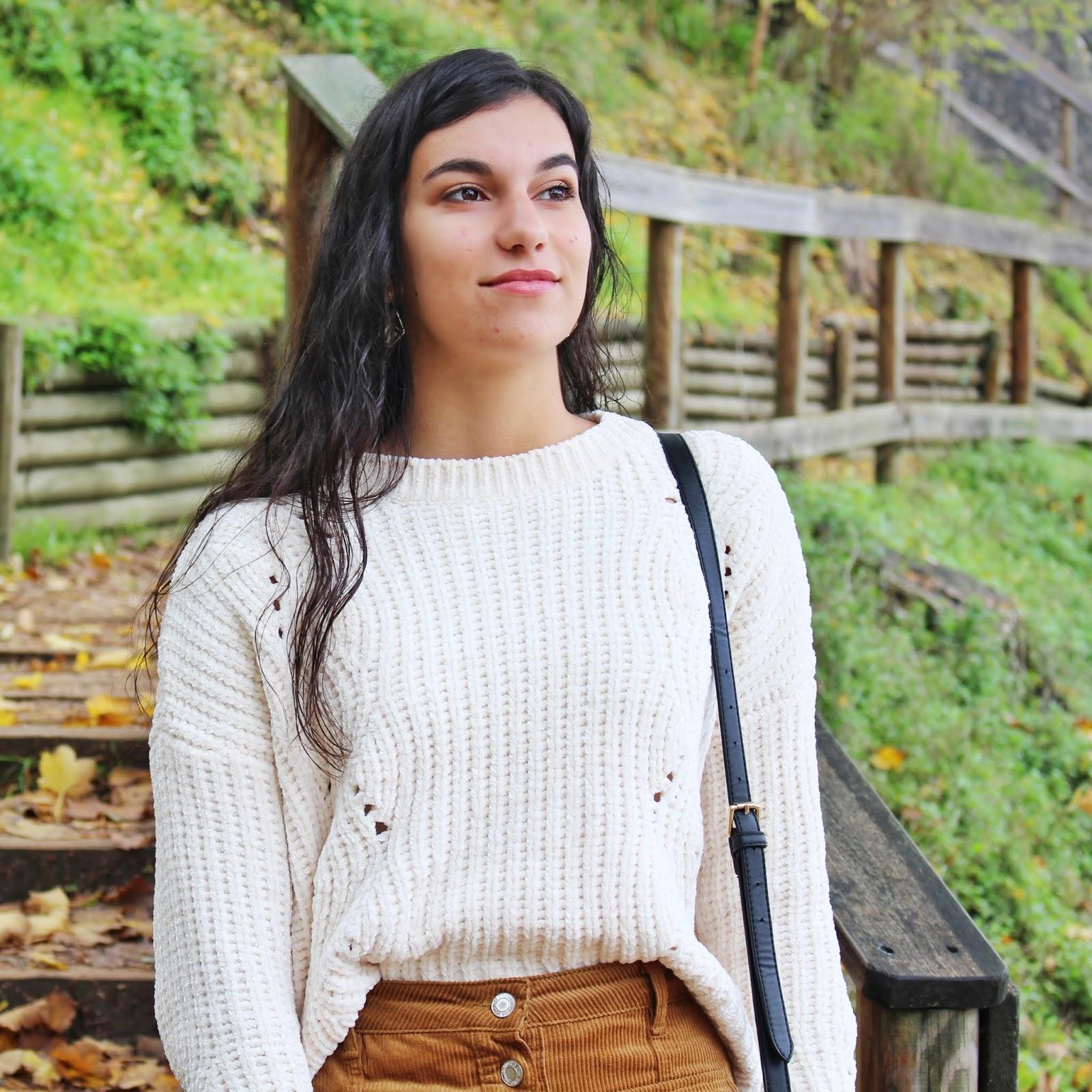 Sugestão de look usando uma saia de bombazina, uma das grandes tendências des Outono e Inverno 2018 2019