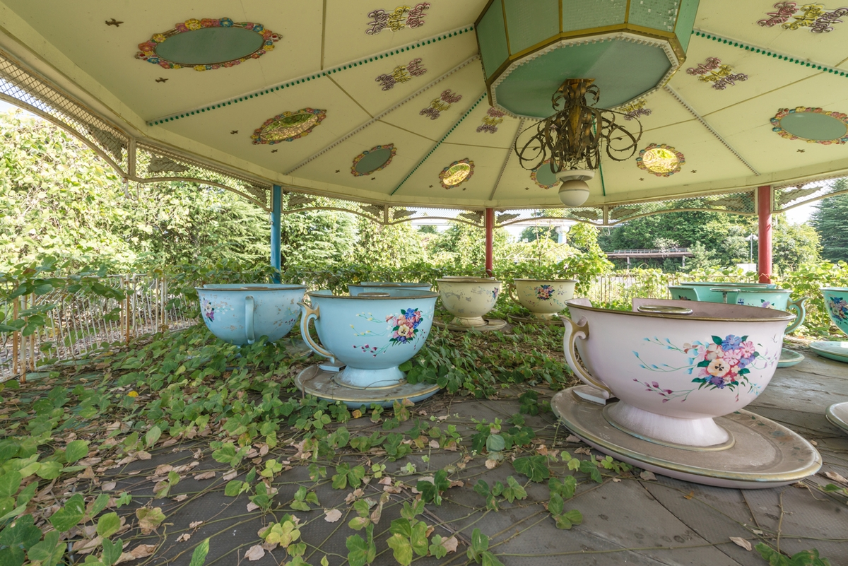 06-Teacups-Ride-Photographs-of-Abandoned-Amusement-Park-Nara-Dreamland-in-Japan-www-designstack-co