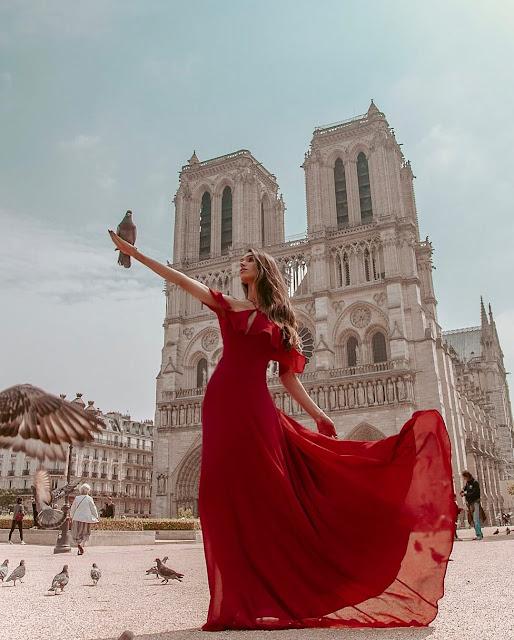 Nhà thờ Đức bà Paris có tên gọi chính xác là Cathédrale Notre-Dame de Paris, là một trong những địa danh cực kỳ nổi tiếng ở nước Pháp. Đây được coi là một nhà thờ Công giáo tiêu biểu trên một hòn đảo nằm giữa dòng sông Seine của thủ đô Paris. Nhà thờ cao gần 70m với 2 tòa tháp lớn được xây dựng theo phong cách kiến trúc gothic lừng danh.    Mặc dù hiện tại đã bị tro tàn vùi lấp trong vụ cháy chấn động thế giới vào ngày 15/4 vừa qua, nhà thờ Đức bà Paris vẫn mãi là biểu tượng rất đẹp và cũng đã từng xuất hiện trong bộ phim The Hunchback of Notre Dame vào năm 1966., cũng là nơi người gù Quasimodo sinh sống.