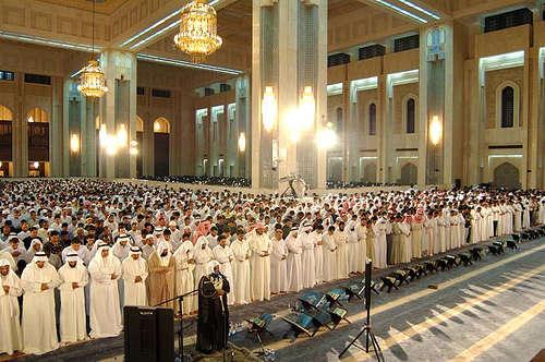 Menempelkan Kaki Saat Sholat Berjama'ah, Adakah Anjuran Rasulullah?