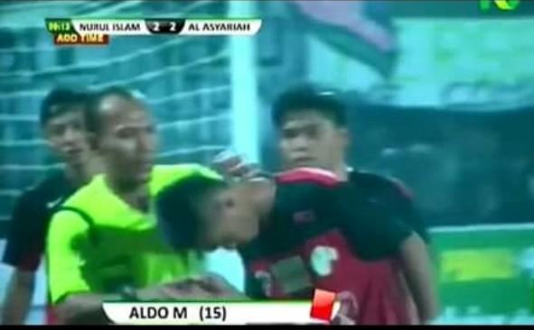 Bukannya Marah, Pemain Sepakbola Ini Justru Cium Tangan Wasit Setelah Mendapatkan Kartu Merah