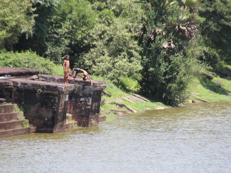 Niños jugando en Angkor