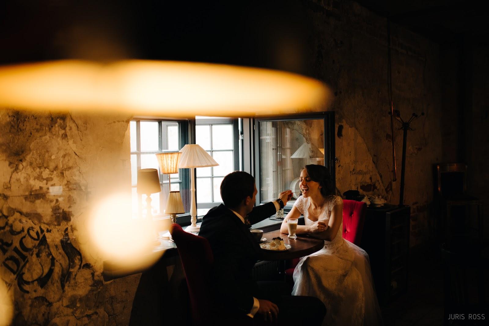 kāzu fotosesija vecrīgā kafejnīcā Parunāsim