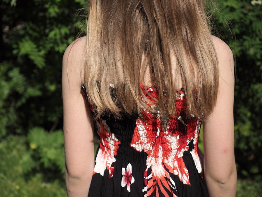 pitkät kauniit hiukset ja kukkamekko
