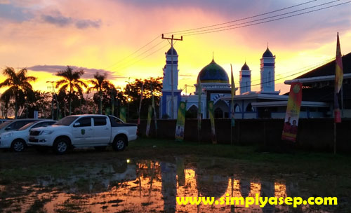 INDAH  :  Masjid Bir Ali difoto di sore hari menjelang magrib apalagi dengan latar nelakangnya kuning keemasan saat matarhi terbenam. Megah dan Indah.  Subhannalh. Foto Asep Haryono