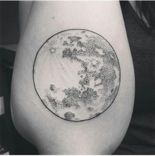 A lua é criado usando um destaque em negrito e a textura é adicionada com uma série de pontos em preto e cinza tatuagem prestados em que o portador do antebraço sobre o braço acima do cotovelo.