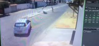 Poste cai em cima de motociclista após colisão no Ceará; veja vídeo