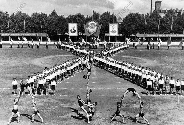 Июль 1950 года. Рига. Праздник песни, посвященный 10-й годовщине Советской Латвии. Выступление спортивных коллективов учащихся учебных заведений ЛССР