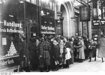 Queue devant magasin d'alimentation à Berlin vers 1920