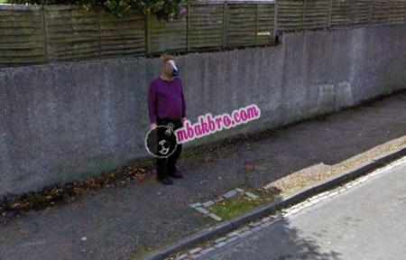 Dalam beberapa tahun ini Google Maps dan layanan sejenisnya berkembang dengan sangat pesa 5 Foto Misterius Yang Terekam Google Street View