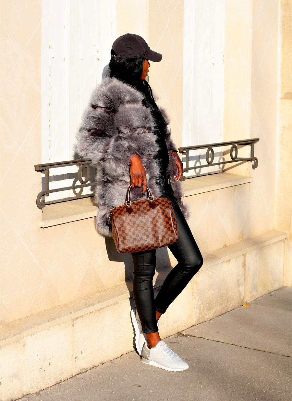 idee-look-tendance-avec-manteau-fourrure-baskets-reebok