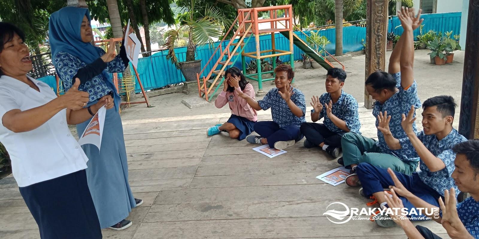 Relasi KPU Tana Toraja Kenalkan 5 Warna Kertas Suara di SLB Darma Wanita Makale