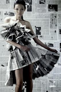 baju yang terbuat dari koran bekas