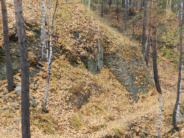 Каменная кладка по стене карьера около горы Егоза