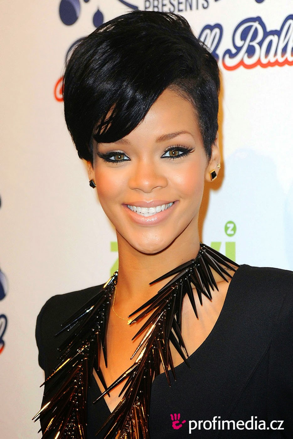 Rihannas Gorgeous Hairstyles The Haircut Web