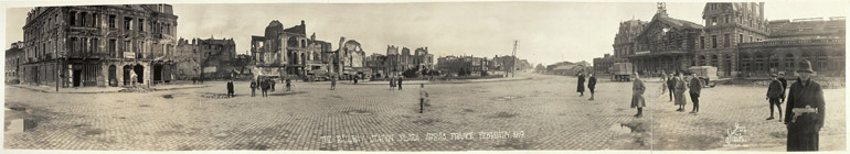Photographie panoramique de la place d'Arras en 1919 montrant les destruction de la guerre
