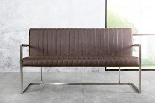 Jedálenská lavica v hnedej umelej koži.