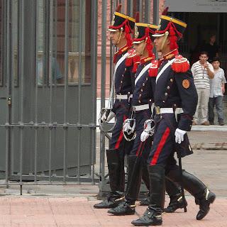 Guardas Indo da Casa Rosada para A Catedral, em Buenos Aires