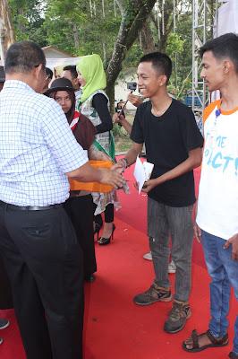 Penyerahan Piagam oleh Bapak Wakil Wali Kota Medan