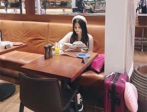 Yunita Siregar Membaca Buku