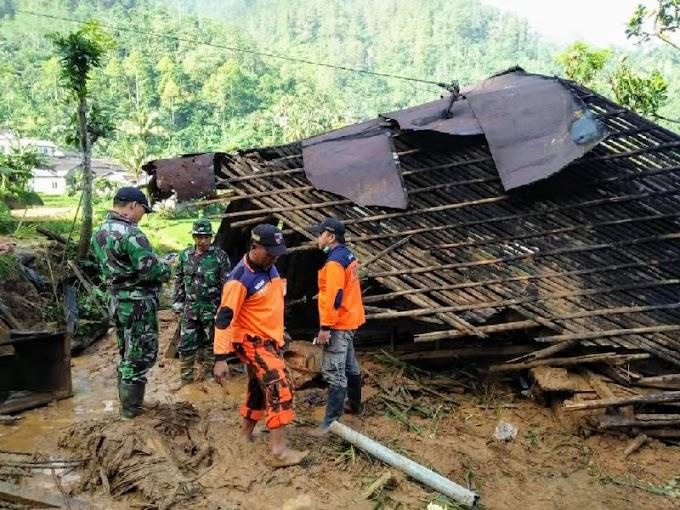 TNI, BPBD, Tagana dan Masyarakat Evakuasi Korban Longsor Watukumpul Pemalang