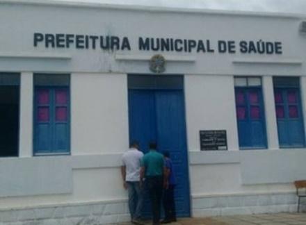 Prédio da prefeitura e escolas ficam às escuras por falta de pagamento, na cidade de Saúde