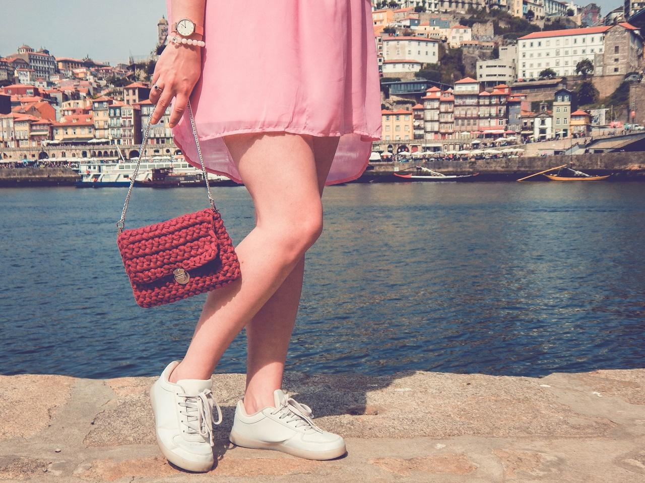 10 torebka handmade ręcznie robiona co kupić w portugalii w porto pleciona torebka z włóczki różowa sukienka z koronką białe sneakersy elegancja na sportowo