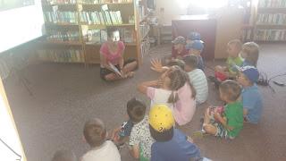 Bibliotekarka rozmawia z dziećmi