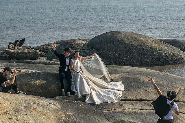 Futurs mariés posant sur la plage à Xiamen