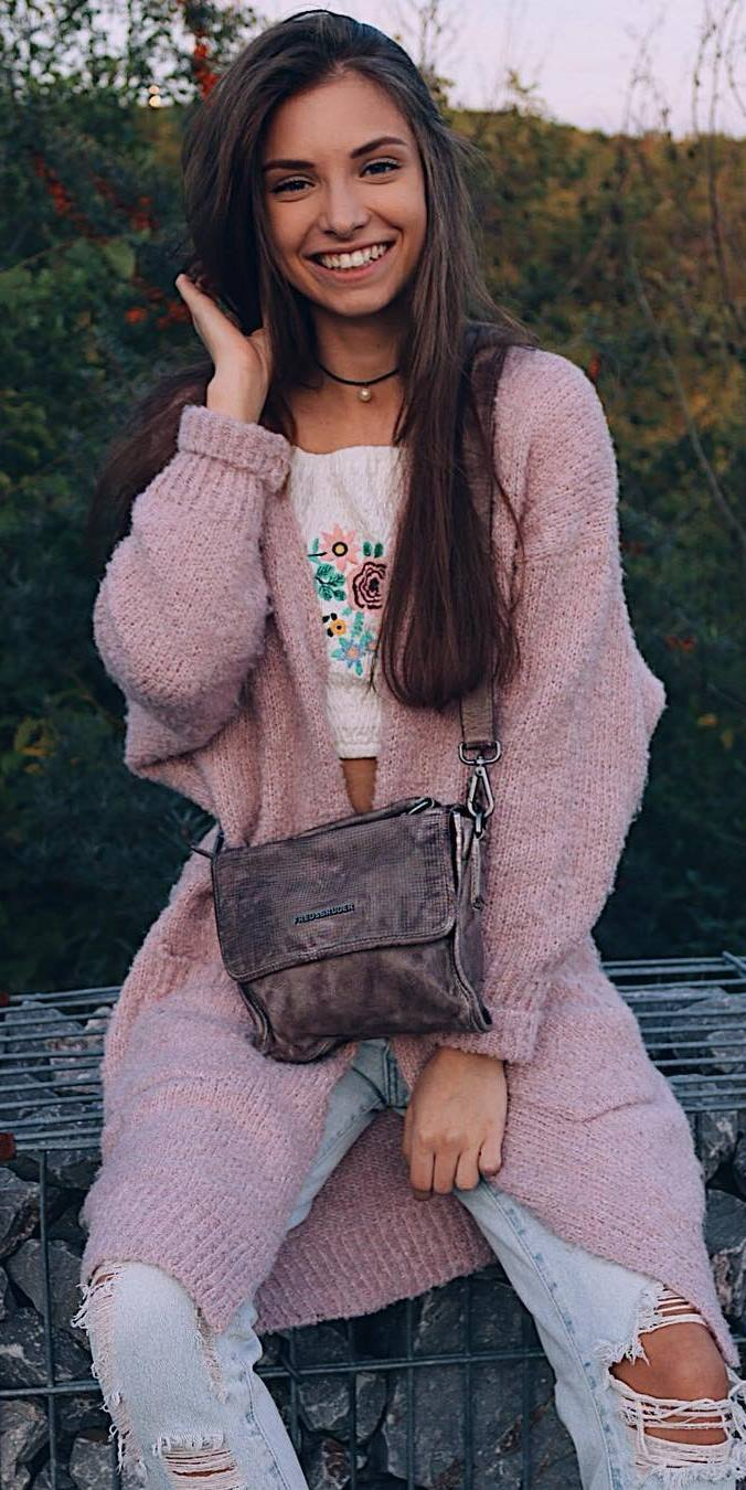 what to wear with a pink cardigan : top + bag + ripped jeans