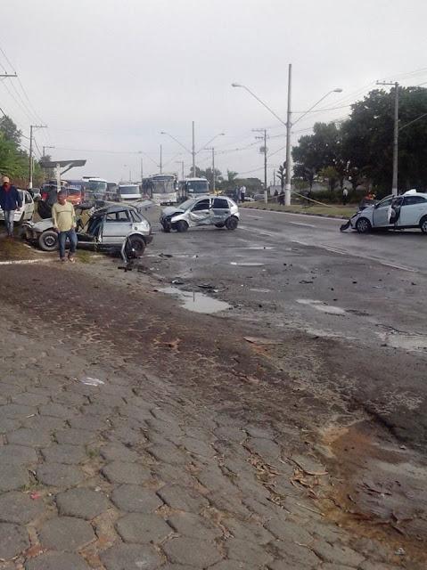 Colisão entre três carros de passeio em Jacareí