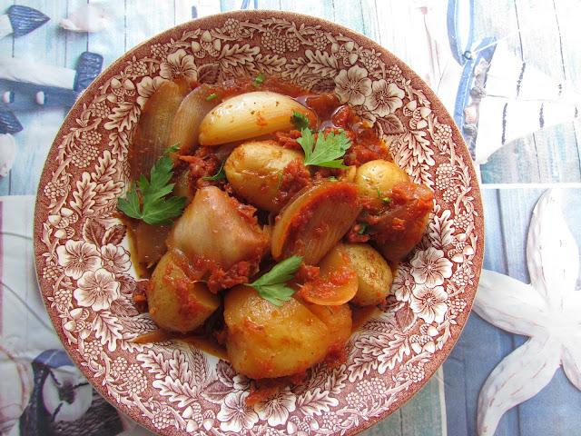 Gulasz ziemniaczany z ziołami i melasą (Πατάτες στιφάδο στη γάστρα με μυρωδικά και πετιμέζι